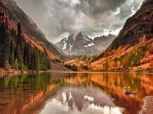 Lago y montañas vistos en otoño