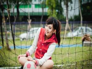 Chica asiática que juega al fútbol