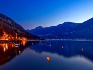 Hermoso amanecer en el lago