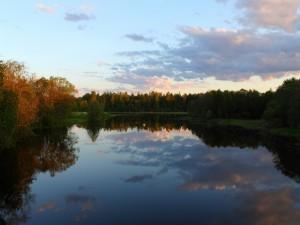 Nubes reflejadas en el lago