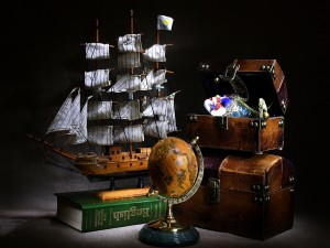 Maqueta de barco junto a unos cofres