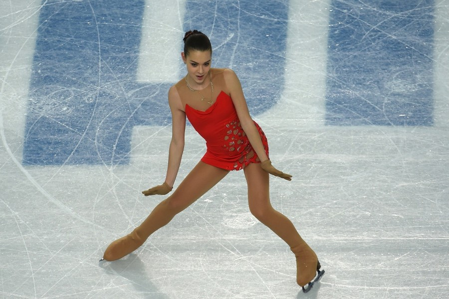Adelina Sótnikova patinando sobre hielo
