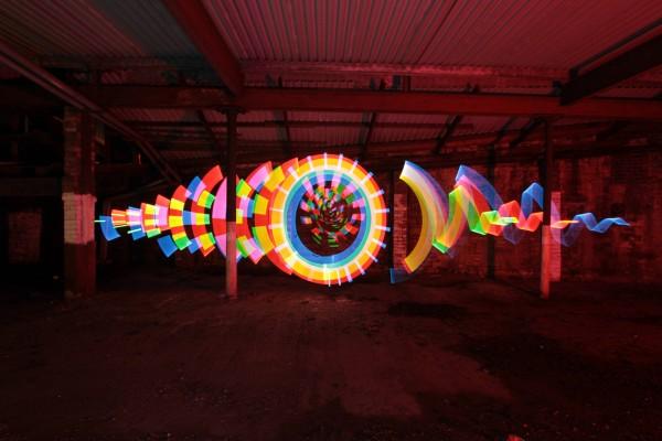 Círculos de colores en un garaje