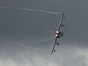 Avión militar en pleno vuelo