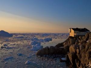 Casa en una alta orilla rocosa
