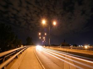 Farolas iluminando la carretera