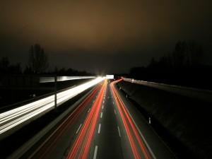 Coches circulando por una carretera oscura