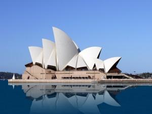Ópera de Sídney reflejada en el agua