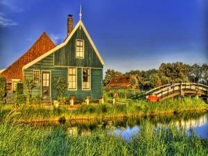 Puente junto a una casa