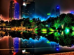 Edificios y luces reflejados en la noche