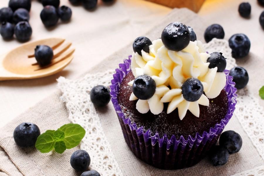 Cupcake de chocolate con buttercream y arándanos