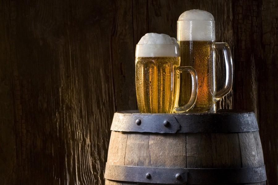 Jarras de cerveza sobre un barril