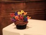 """Cupcake de chocolate con con velas de """"Feliz Cumpleaños"""""""