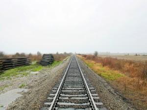 Vía de tren en el campo