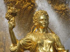 Agua cayendo sobre una estatua dorada