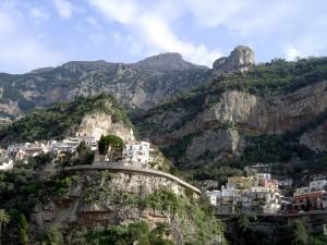 Pueblo construido en las paredes de la montaña