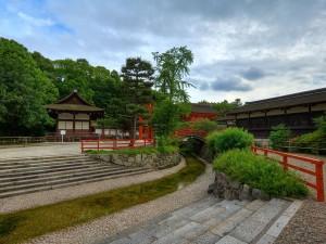 Pequeño río junto a un templo japonés