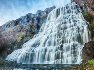 Gran cascada en la montaña