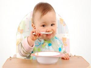 Bebé comiendo solo el puré