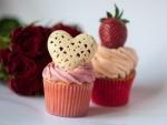 Cupcakes decorados con un corazón y con una fresa