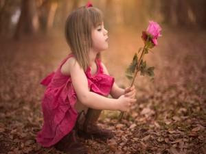 Niña sosteniendo unas rosas