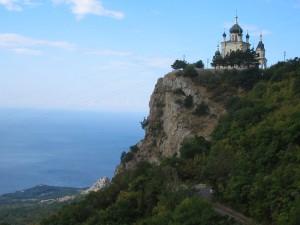 Edificio religioso en lo alto de la montaña