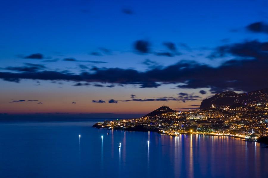 Luces en la costa al amanecer