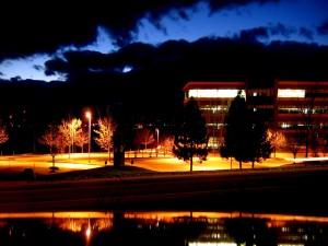 Edificio iluminado en la noche