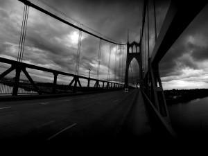 Puente en blanco y negro