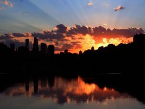 Primeros rayos de sol sobre una ciudad