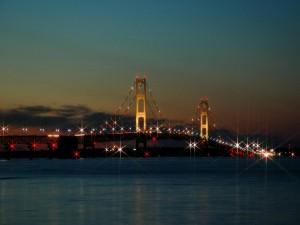 Luces de colores en un puente