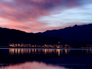 Luces junto al agua al amanecer