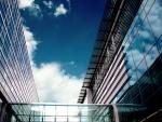 Nubes sobre un edificio