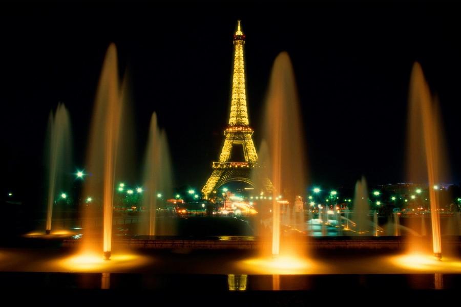 Fuentes iluminadas junto a la Torre Eiffel