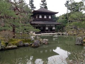 Edificio oriental junto a un estanque