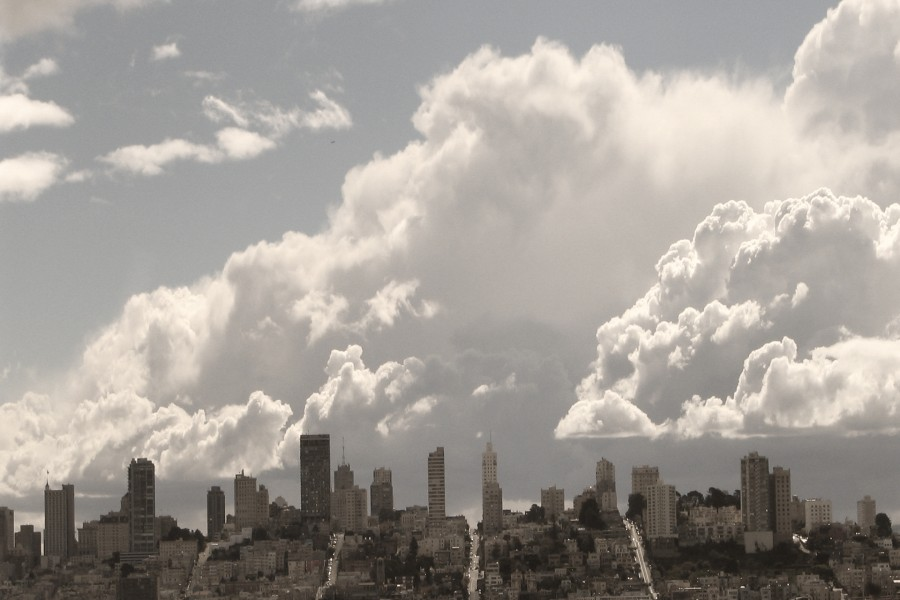 Grandes nubes sobre una ciudad