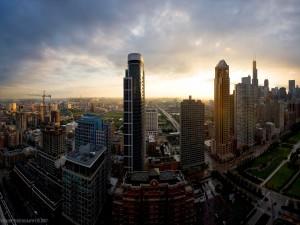 Sol tras los edificios de una ciudad