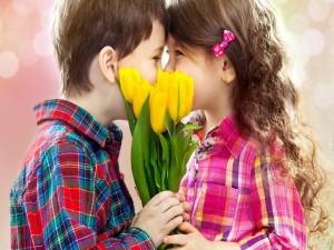 Niños sosteniendo un ramo de tulipanes