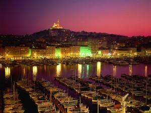 Barcos en el puerto de la ciudad