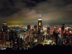 Edificios de Hong Kong iluminados en la noche