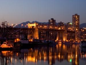 Barcos junto a un puente iluminado