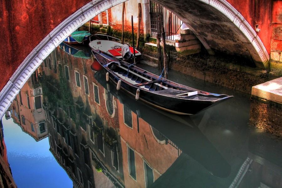 Góndola amarrada en un canal de Venecia