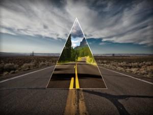 Camino forestal a través de un triángulo