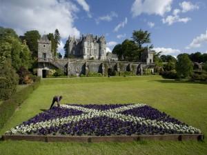 Bandera de Escocia hecha con flores en el jardín de un castillo