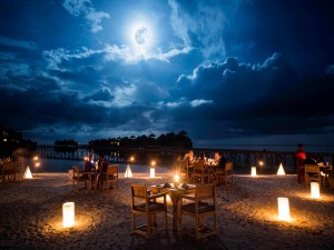 Mesas bajo la luz de la luna en una playa