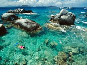 Mujer buceando entre las rocas