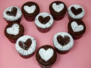 Cupcakes de chocolate decorados con corazones