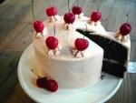 Deliciosa tarta de chocolate y cerezas
