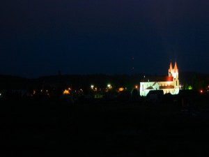 Iglesia iluminada en la noche
