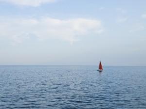 Barco de vela solo en el océano